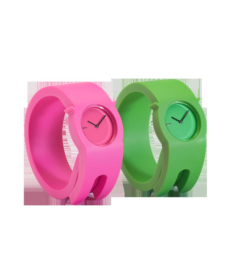 Deux montres de plastique à enrouler au poignet, une rose et une verte, avec cadran assorti et aiguilles métalliques.