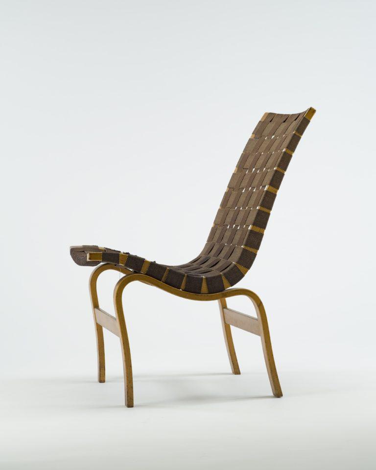 Chaise à dossier haut et à piètement incurvé en bois cintré. Siège et dossier en bandes de jute brun tissé.