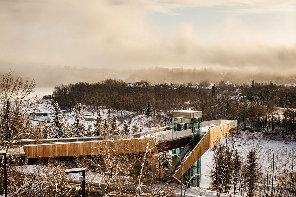 Promenade pentue en porte-à-faux surplombant la rivière Saskatchewan conduisant à une terrasse d'observation et au funiculaire menant à la berge.