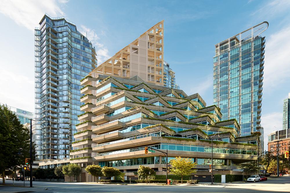 Bâtiment de dix-neuf étages dont les sept étages supérieurs forment une structure triangulaire. Les terrasses en paliers s'harmonisent à celles du bâtiment adjacent.