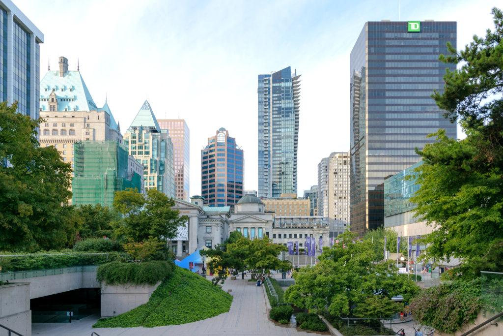 Parc urbain entouré d'édifices et doté d'esplanades, d'arbres et de fontaines.