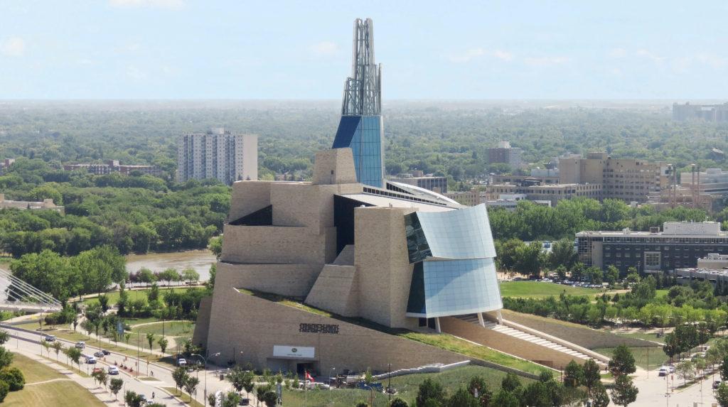 Bâtiment de 23étages composé de formes courbes superposées en béton et en verre, culminant en une tour de 100m.