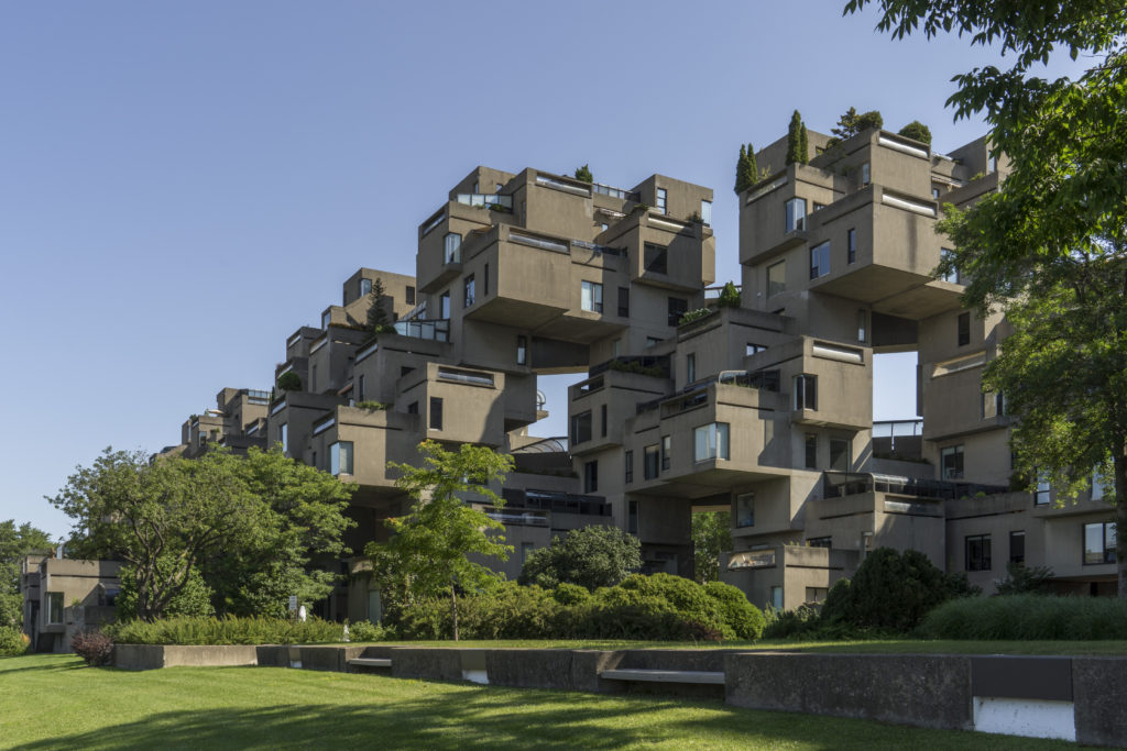 Immeubles d'appartements composés de modules en béton superposés en configurations irrégulières.