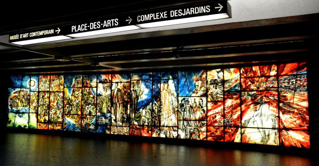 Longue œuvre rectangulaire composée d'une série de panneaux en verre coloré.