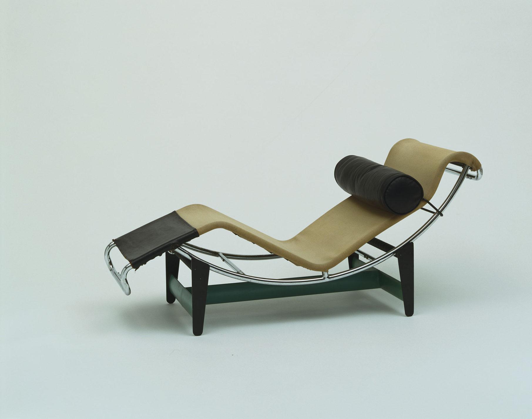 Chaise longue à ceinture en acier tubulaire sur structure métallique peinte avec revêtement havane et noir et traversin noir.