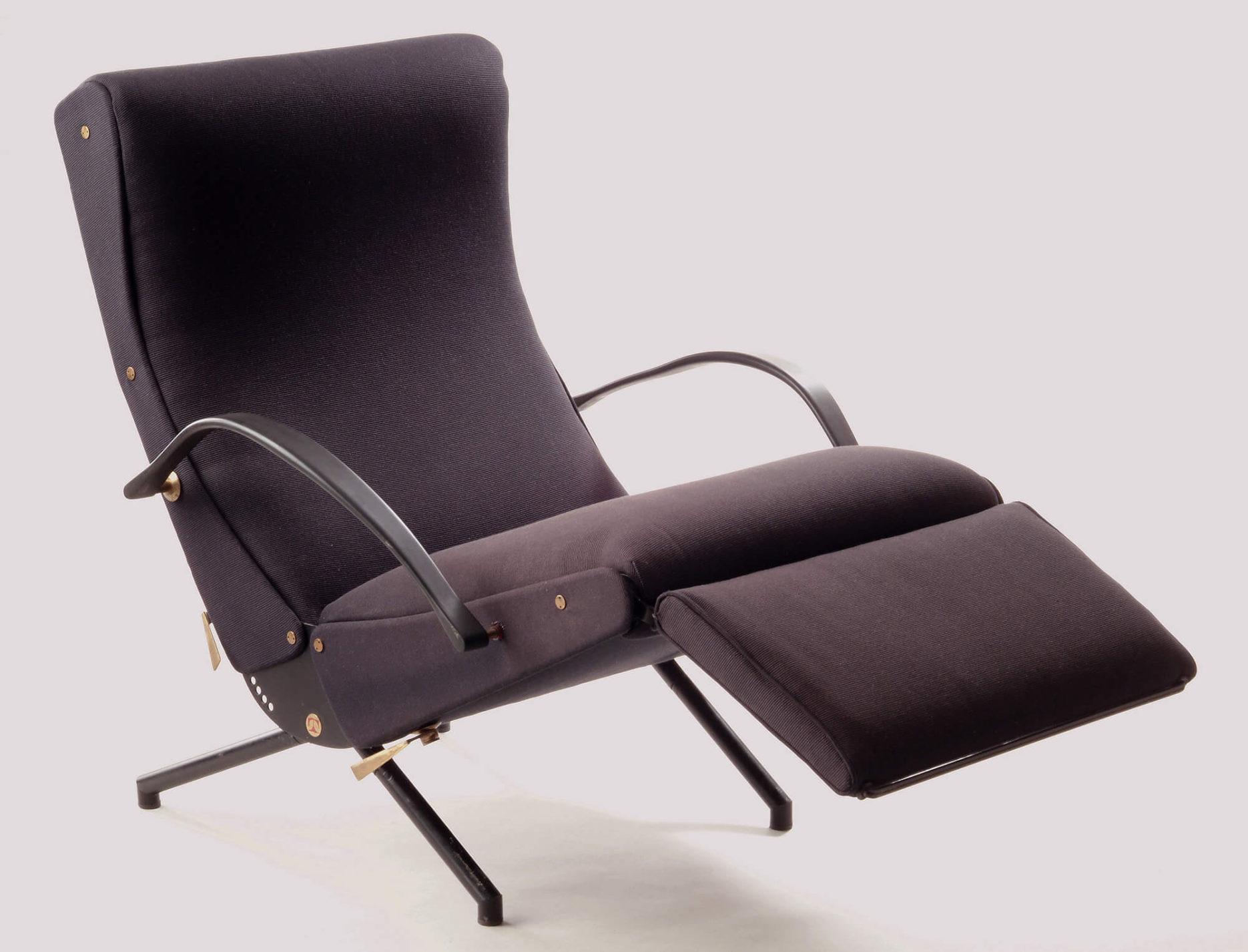 Chaise inclinable de couleur gris foncé à long dossier modelé avec assise carrée et repose-pieds rectangulaire. Pattes coudées et bras courbés en acier noir.