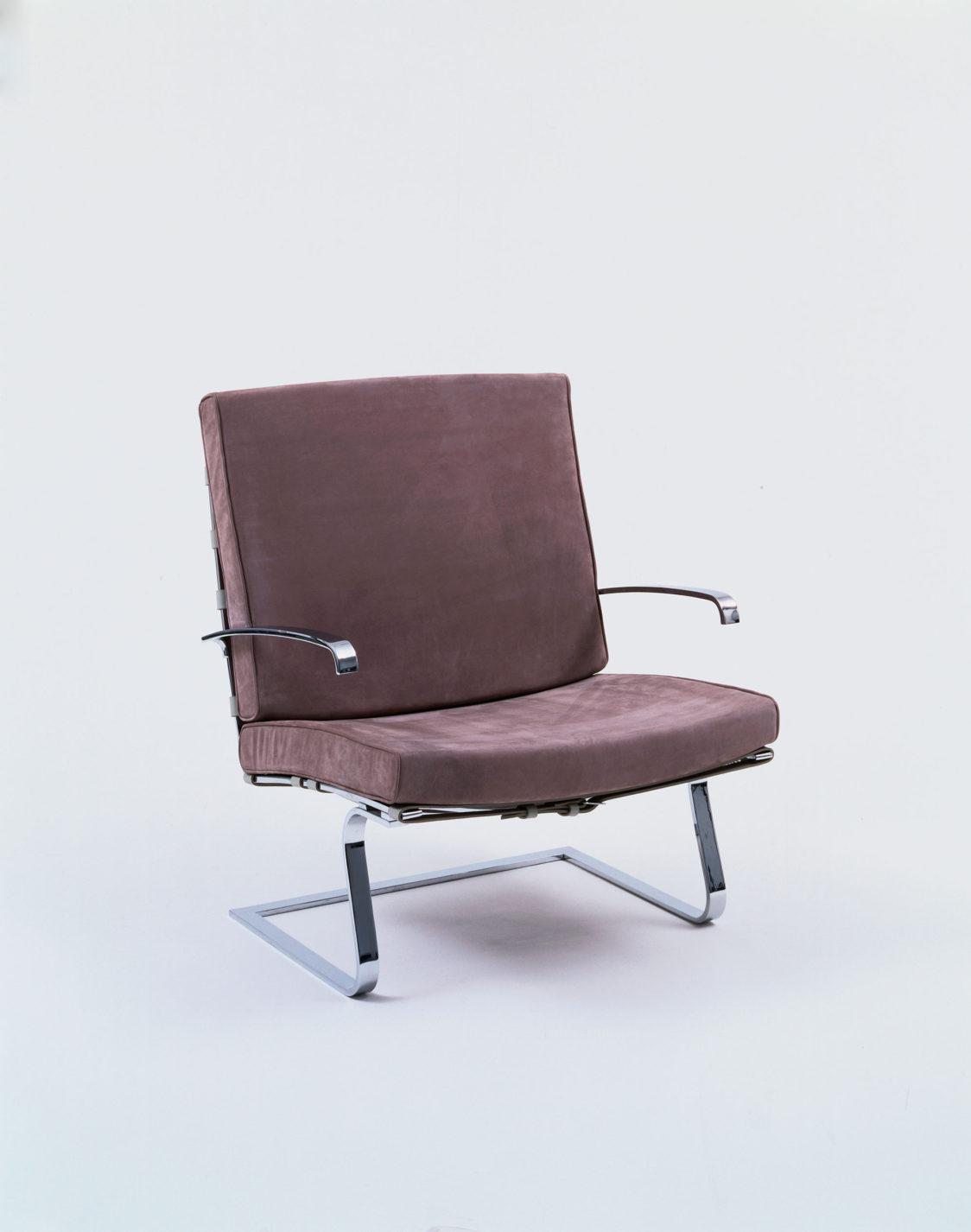 Fauteuil en porte-à-faux à piètement en lames d'acier avec coussins recouverts de cuir gris-brun pour l'assise et le dossier.
