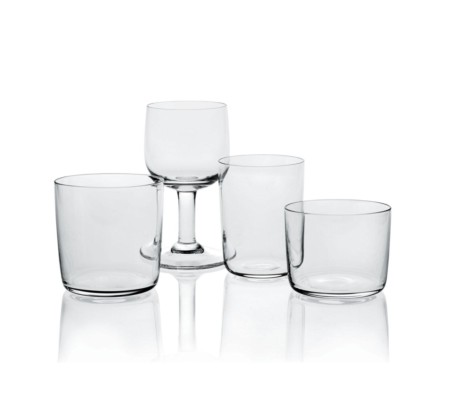 Quatre verres transparents. Trois verres droits de tailles différentes et un verre à pied.