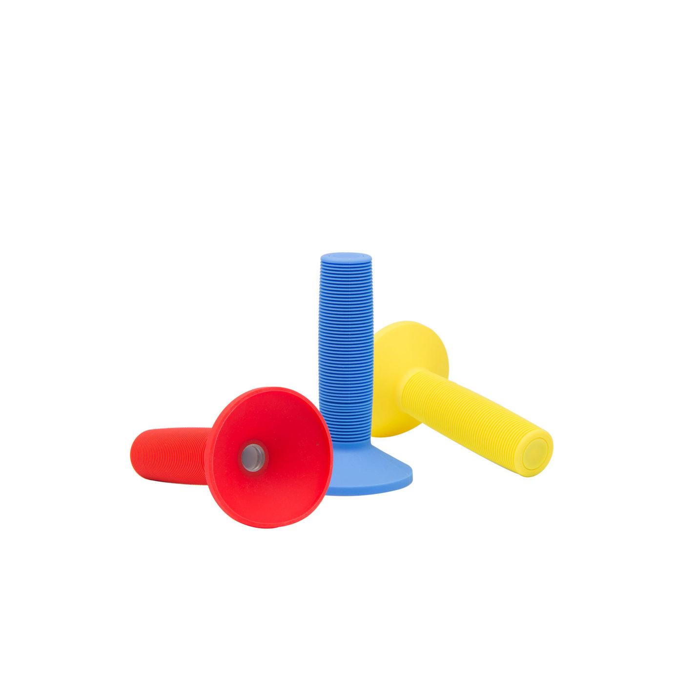 Cinq lampes de poche. Chacune d'entre elles est constituée d'une poignée cylindrique texturée et d'un cône évasé protégeant la petite source de lumière circulaire. Elles sont toutes de couleur différente: noir, blanc, jaune, orange et bleu.